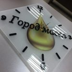 Часы из матового стекла