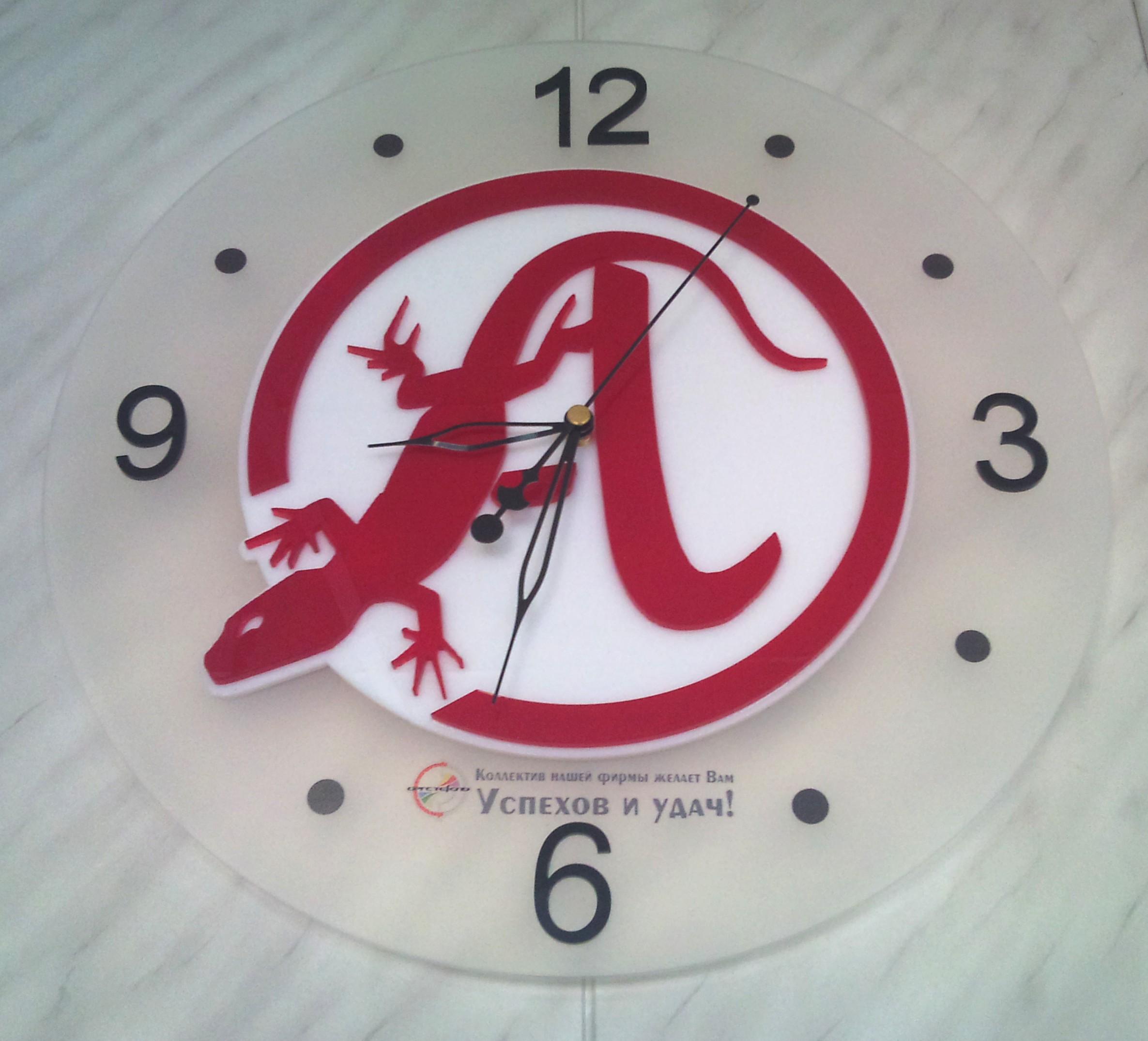 Часы с логотипом из оргстекла